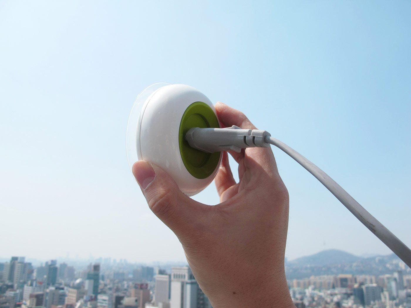 solar-powered-suction-phone-charger-3