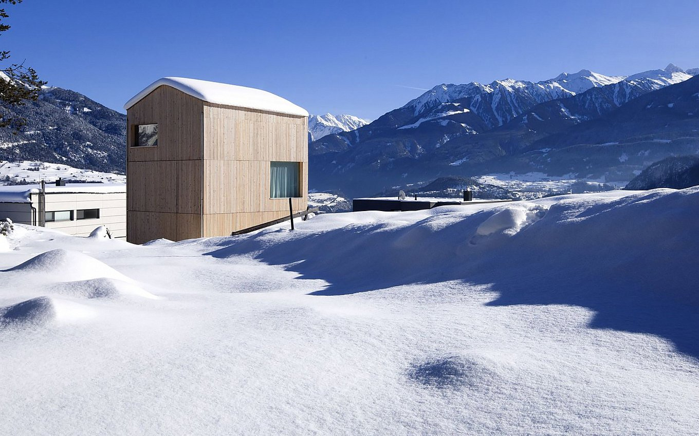 minimalist-wooden-cabin-in-the-alps-1